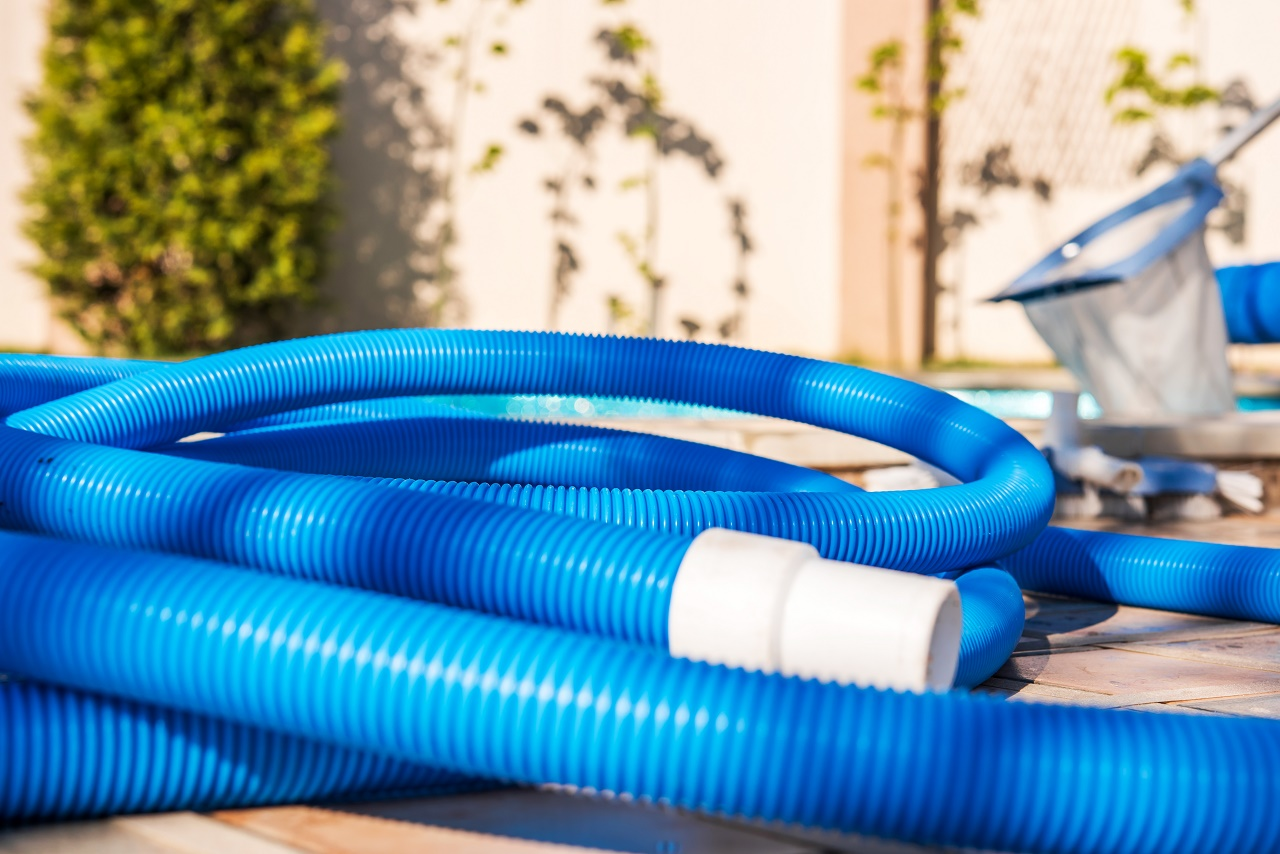 Blue-plastic-hose-for-cleaning-a-swimming-pool
