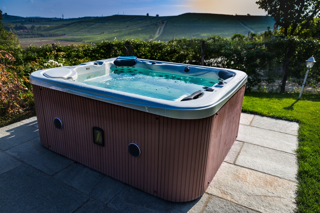 Hot-tub-with-a-view-of-Italian-hills