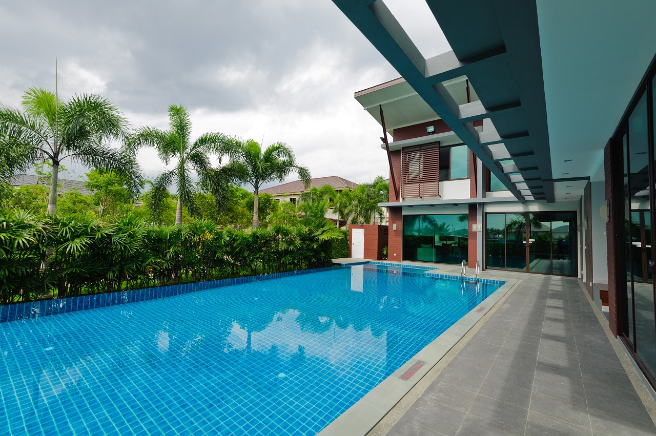 Swimming-pool-and-modern-building