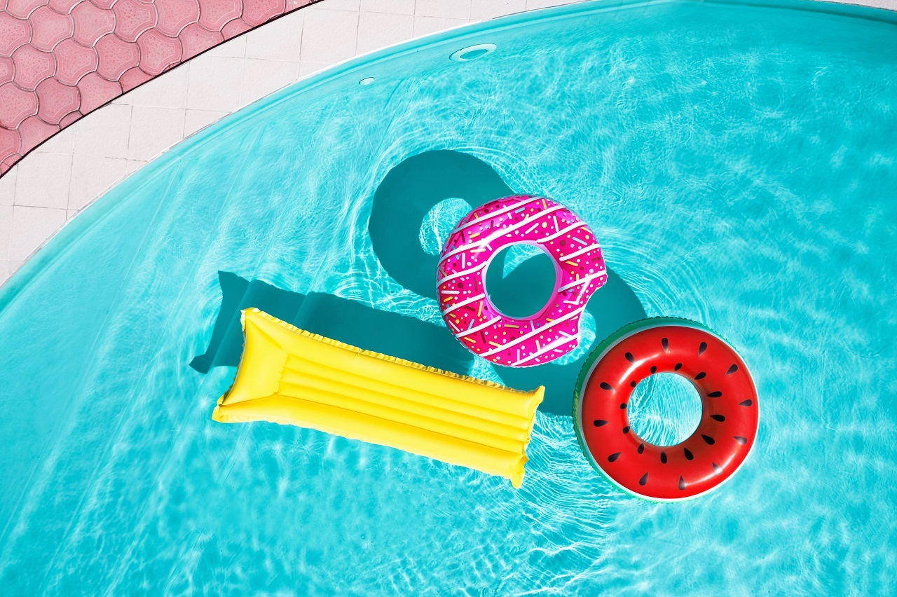 Inflatable-rings-and-mattress-floating-in-swimming-pool